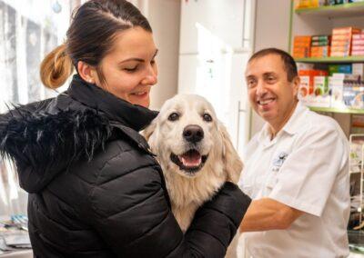 Boldog ügyfél a gyógyult kutyával